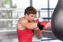 Боксер делая некоторую тренировку на груше на спортзале стоковое изображение rf