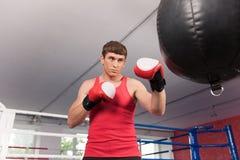 Боксер делая некоторую тренировку на груше на спортзале стоковая фотография rf