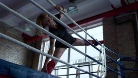 Боксер женщины делает протягивать перед тренировкой акции видеоматериалы