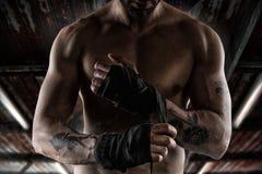 Боксер кладет ленты к его рукам Стоковое Изображение RF