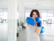 Боксер - перчатки бокса бокса женщины фитнеса нося Стоковые Изображения