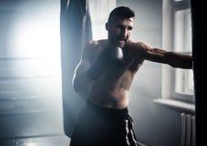 Боксер подготавливая для трудного боя стоковая фотография