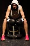 Боксер сидя в его угле между кругами стоковое фото rf