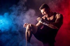 Боксер спортсмена muay тайский воюя на черной предпосылке с дымом Стоковые Изображения RF
