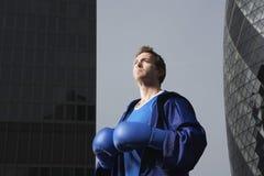 Боксер стоя между городскими зданиями Стоковая Фотография RF