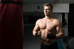 Боксер с сумкой пунша в действии Стоковое фото RF