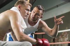 Боксер тренера мотируя перед боем Стоковые Фотографии RF