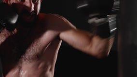 Боксер человека делая забастовки на сумке бокса Тренировка бойца крытая видеоматериал