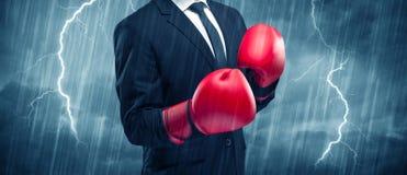 Бокс бизнесмена в дожде Стоковое Фото
