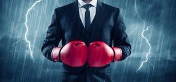 Бокс бизнесмена в дожде Стоковое Изображение