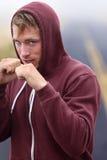 Бокс боксера фитнеса снаружи на дороге в hoodie стоковое изображение