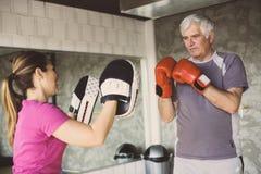 Бокс более старого человека в спортзале стоковая фотография rf