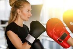 Бокс включенный девушкой с тренером стоковые изображения rf