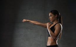 Бокс женщины в спортзале Стоковое фото RF