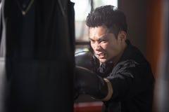 Бокс молодого человека, тренировка в спортзале Стоковое Фото