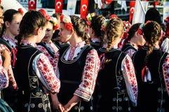Болгарские фольклорные танцоры на день ` s национального суверенитета и детей - Турция Стоковое Фото