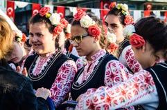 Болгарские фольклорные танцоры на день ` s национального суверенитета и детей - Турция Стоковая Фотография RF