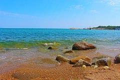 Болгарское активное побережье Чёрного моря в лете от городка Chernomorets около Sozopol стоковое фото
