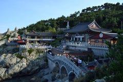 Более близкий взгляд к виску пляжем Haedong Yonggungsa внутри стоковые фотографии rf