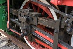 Более большие детали на старом локомотиве пара Тяжелые железные части Локомотив в частях Конец-вверх стоковое изображение