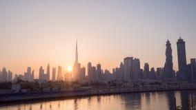 Более в самом начале утро Дубай Восход солнца над небоскребами города Timelapse сток-видео