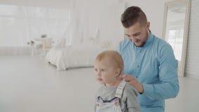 Более далекие платья его красивая дочь на колене семья счастливая движение медленное видеоматериал