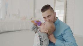 Более далекие платья его красивая дочь на колене семья счастливая движение медленное сток-видео