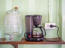 Более крутая бутылка и электрический чайник стоковые фото