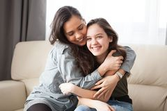 Более старая и более молодая сестра в живущей комнате Стоковые Фото