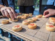 Более старые люди играя шахмат традиционного китайския стоковая фотография