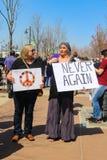 2 более старых женщины в богемском платье с знаком знака мира и протеста на марте на наши жизни вновь собираются в Tulsa Оклахоме Стоковые Изображения
