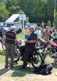 2 более старых люд в разговоре вокруг винтажного мотоцикла на hebden шоу корабля винтажных выходных моста общественное стоковые фото