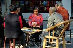 Болезненное Jia, Китай: Карточки людей играя Стоковое Изображение RF