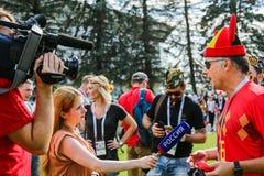 Болельщик журналиста интервьюируя футбольной команды соотечественника Бельгии Стоковые Изображения RF