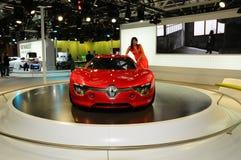 БОЛОНЬЯ, ИТАЛИЯ - 2-ОЕ ДЕКАБРЯ 2010: красивая фотомодель представляет с концепцией Renault Dezir на мотор-шоу болонья стоковое фото