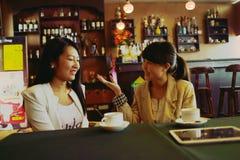 Болтовня маленьких девочек кафа Стоковое Изображение RF