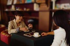 Болтовня маленьких девочек кафа Стоковое Фото