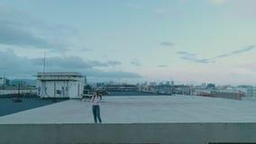 Болтовня студента битника девочка-подростка видео- на крыше сток-видео