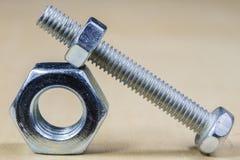 Болты и винты для металла на таблице мастерской Accessor Joinery стоковое изображение