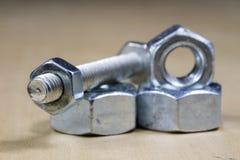 Болты и винты для металла на таблице мастерской Accessor Joinery стоковые фотографии rf