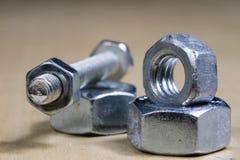Болты и винты для металла на таблице мастерской Accessor Joinery стоковые изображения