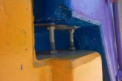 Болты между желтыми и голубыми объектами стоковые изображения rf