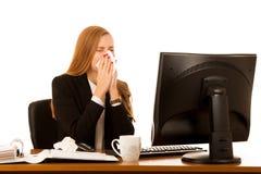 Больная бизнес-леди работает в офисе - болезни на работе Стоковая Фотография RF