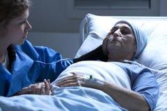 Больная женщина и ее дочь стоковое изображение
