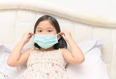 Больная маска предохранения от носки девушки для того чтобы защитить вирус Стоковая Фотография RF