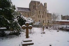 Больница St перекрестная средневековая в Винчестер на снежный день стоковое изображение rf
