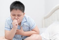 Больной брюзгливый мальчик кашляет и инфекция горла стоковая фотография rf