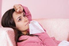 больной девушки лежа Стоковая Фотография
