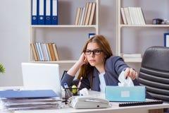 Больной работника коммерсантки в офисе Стоковая Фотография RF
