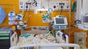 Больные сны ребенка, лежа в кровати в палате акции видеоматериалы